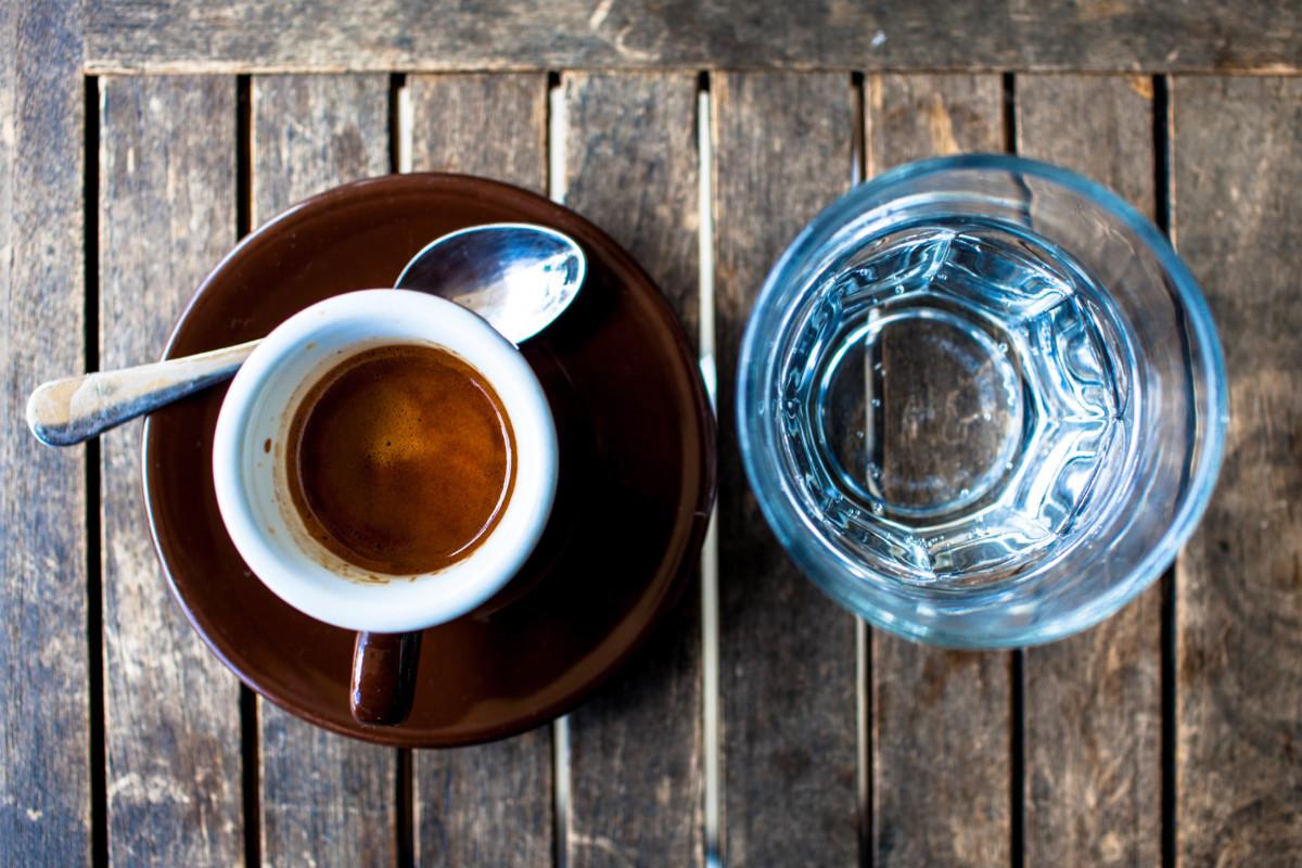 зачем вода к кофе