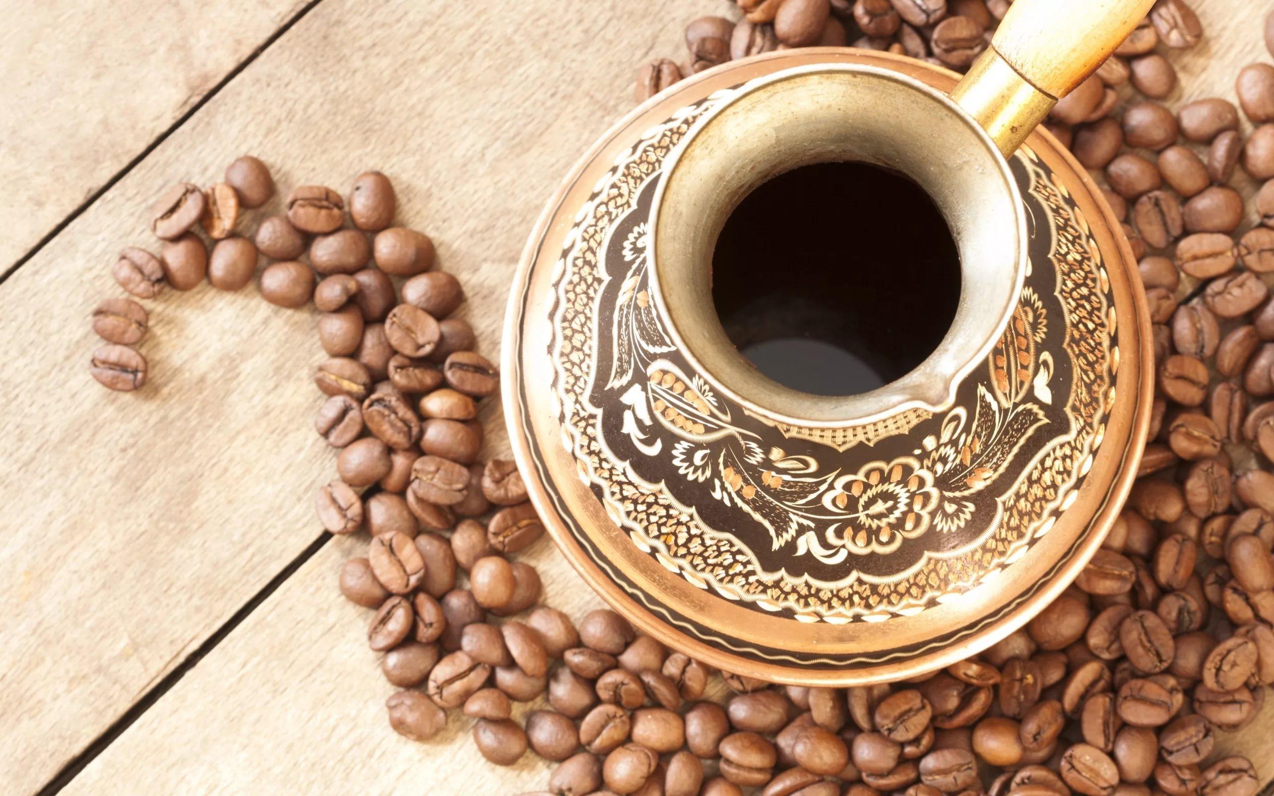 черный кофе в чашке